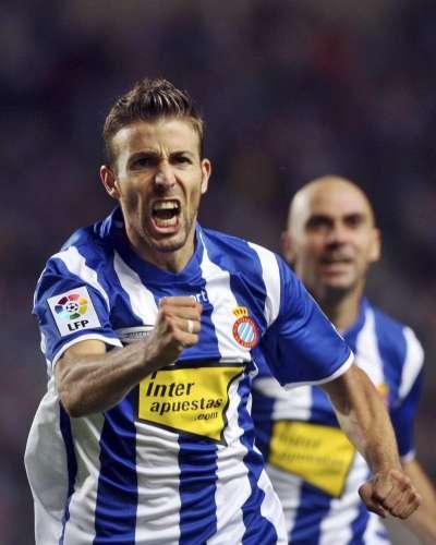 El delantero del RCD Espanyol Luis García (i) celebra su gol ante el Real Valladolid acompañado por su compañero centrocampista Iván De la Peña, durante el partido correspondiente a la 1ª jornada de Liga disputado en el estadio Olímpico Lluis Companys de Barcelona /EFE